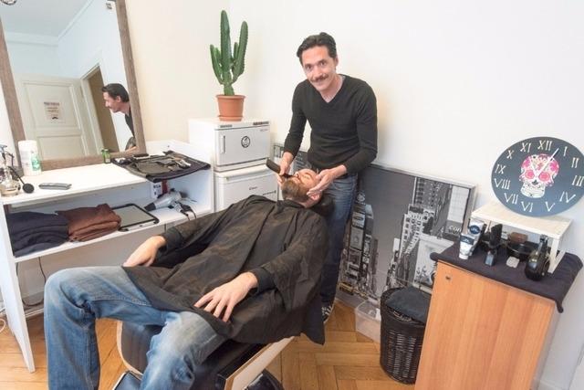 Il installe son fauteuil de barbier dans un magasin de vente de vinyles i - Fauteuil barbier occasion ...