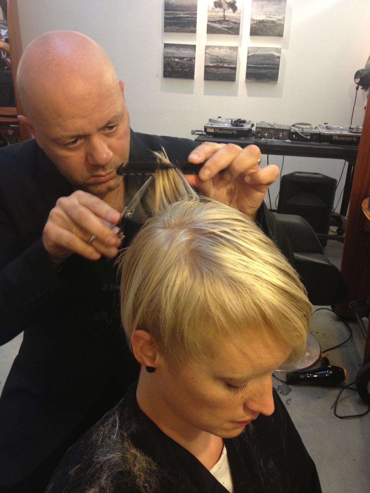 Une coupe de cheveux chez medley meilleur coiffeur a test - Salon de coiffure qui recherche apprenti cap ...