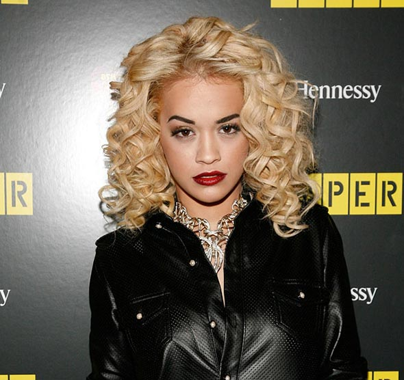 rita_ora_cheveux-blonds