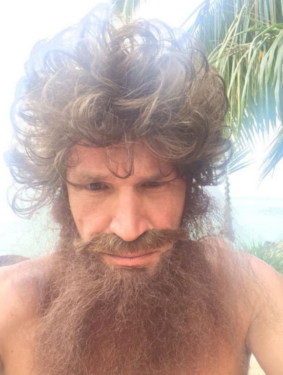 Saurez-vous reconnaître l'animateur TV qui se cache derrière ces cheveux longs et cette barbe ?