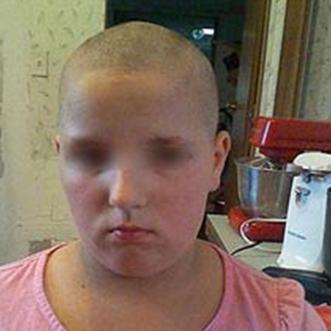 Cette maman rase les cheveux de sa fille car elle ne veut pas se les brosser elle-même
