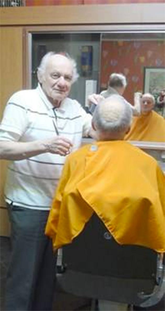 a 82 ans ce coiffeur prouve que l 39 amour de son m tier est plus fort que tout respect. Black Bedroom Furniture Sets. Home Design Ideas