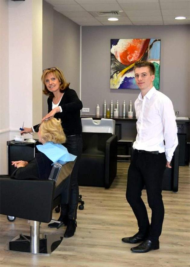 ce jeune coiffeur de 22 ans ouvre son premier salon    et s u0026 39 associe avec son ex
