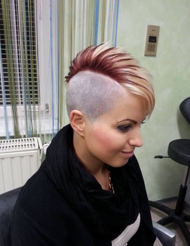 Cheveux courts coloration flashy$