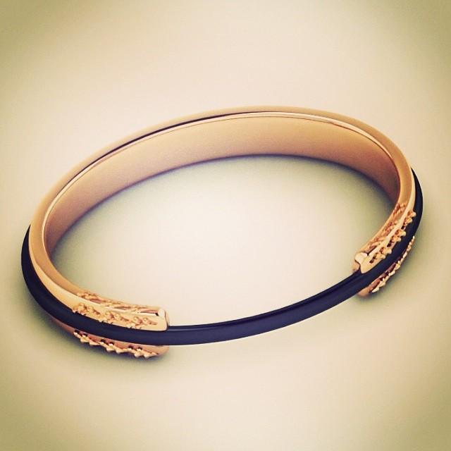 Ce bracelet porte lastique cheveux va changer votre vie infos coiffure - Fil elastique pour bracelet ...