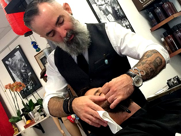 Une taille de barbe chez Barber Ink...